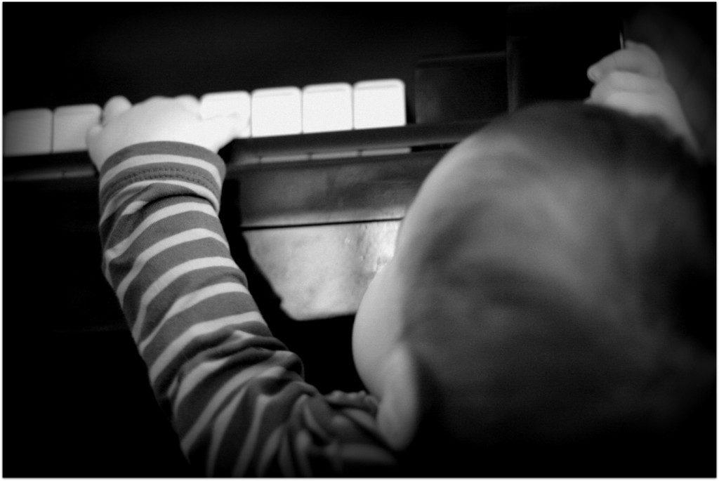 klavierspielendes kind stehend