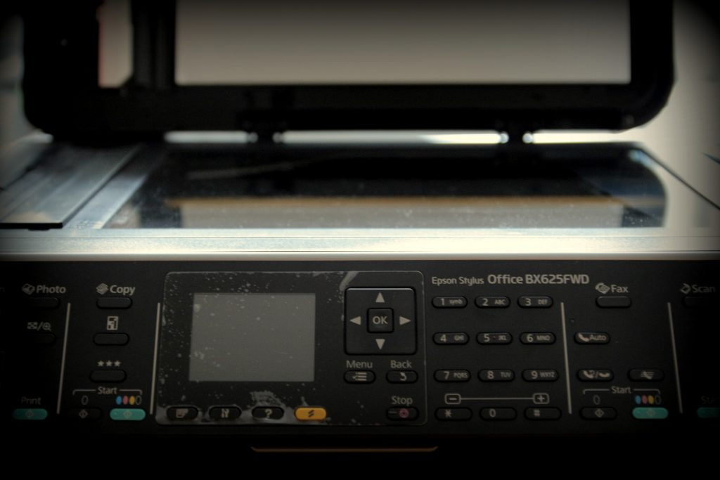Noten scannen: Flachbettscanner / Multifunktionsgerät Epson von vorne